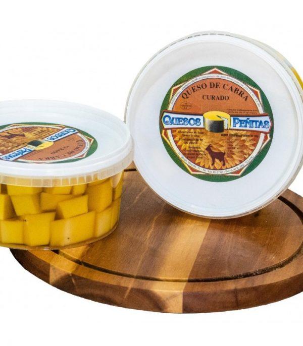 tarrina de queso curado de cabra en tacos queseria peñitas